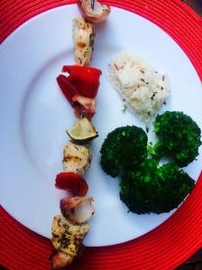 Brochette de poulet marinée Riz et brocolis